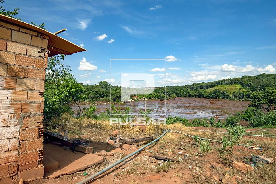 Captação de água do rio para agricultura de subsistência prejudicada após rompimento da barragem da mina