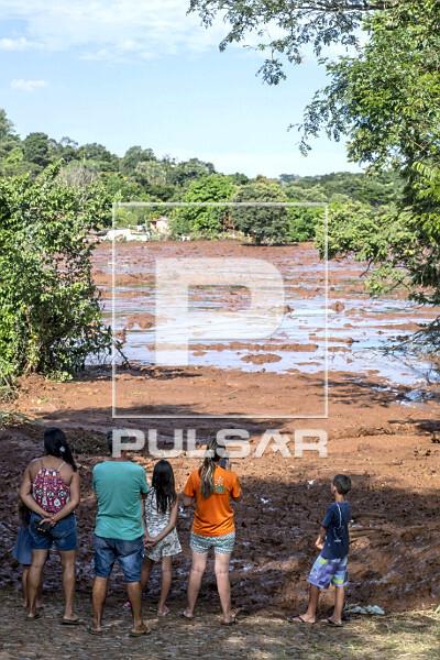 Moradores da região observam onda de lama contaminada após rompimento da barragem da mina do Córrego do Fei