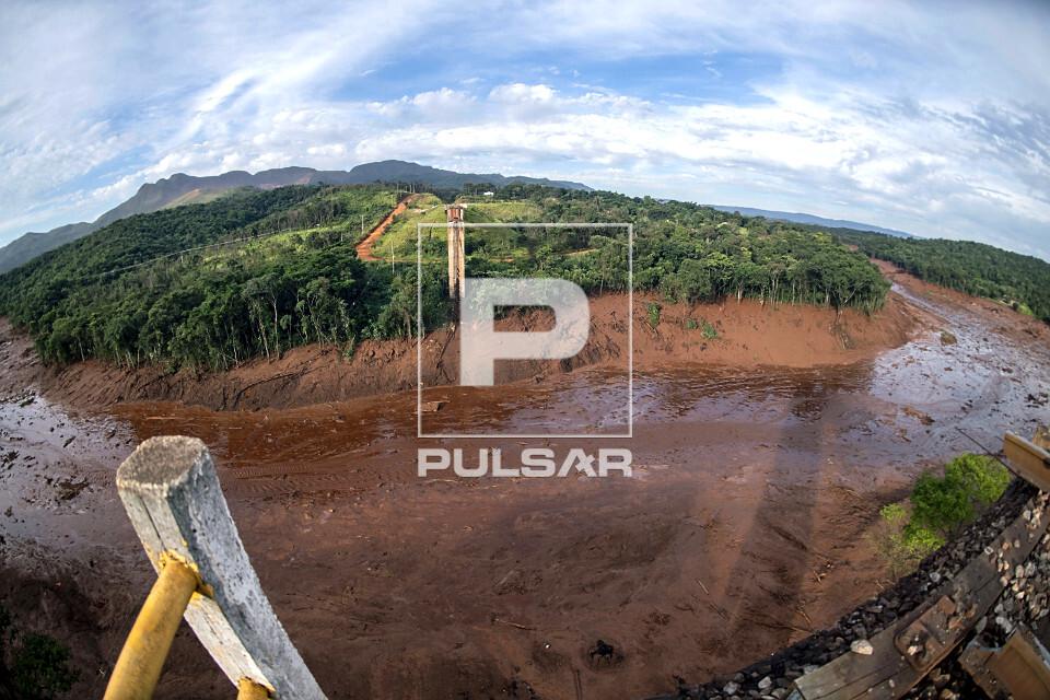Ponte ferroviária atingida por onda de lama contaminada após rompimento da barragem da mina do Córrego do F
