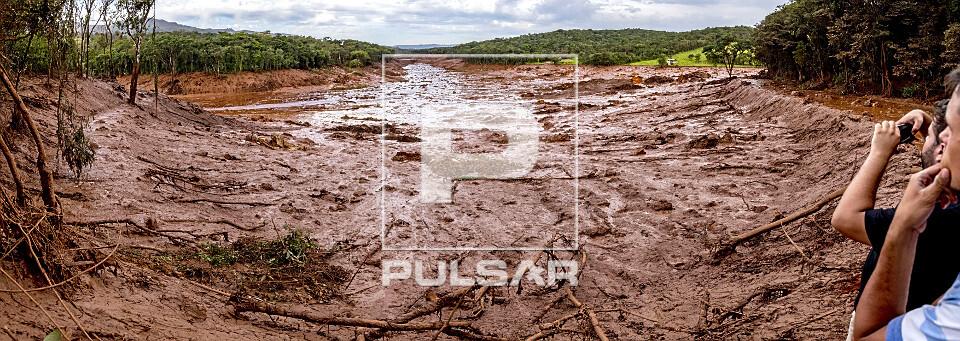 Pousada soterrada por onda de lama contaminada após rompimento da barragem da mina do Córrego do Feijão - r