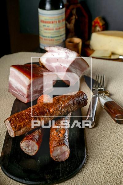 Detalhe de linguiça e bacon defumados