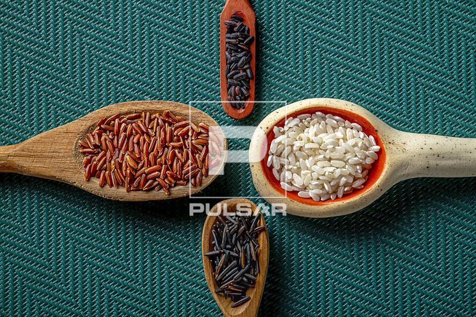 Variedades de arroz:  Selvagem, Vermelho à esquerda, acima Preto e à direita Carnaroli