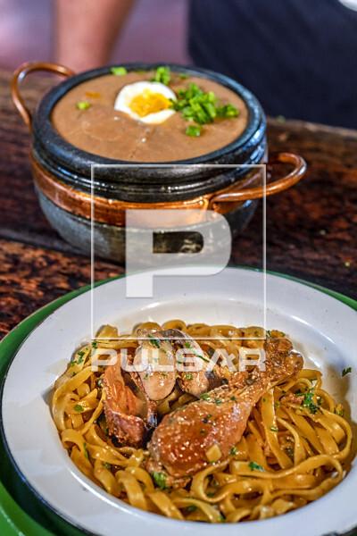 Macarrão com frango caipira e ao fundo tutu de feijão