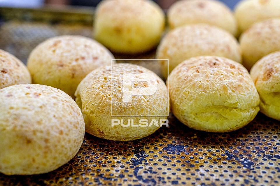 Pães de queijo à venda em banca do Mercado Central
