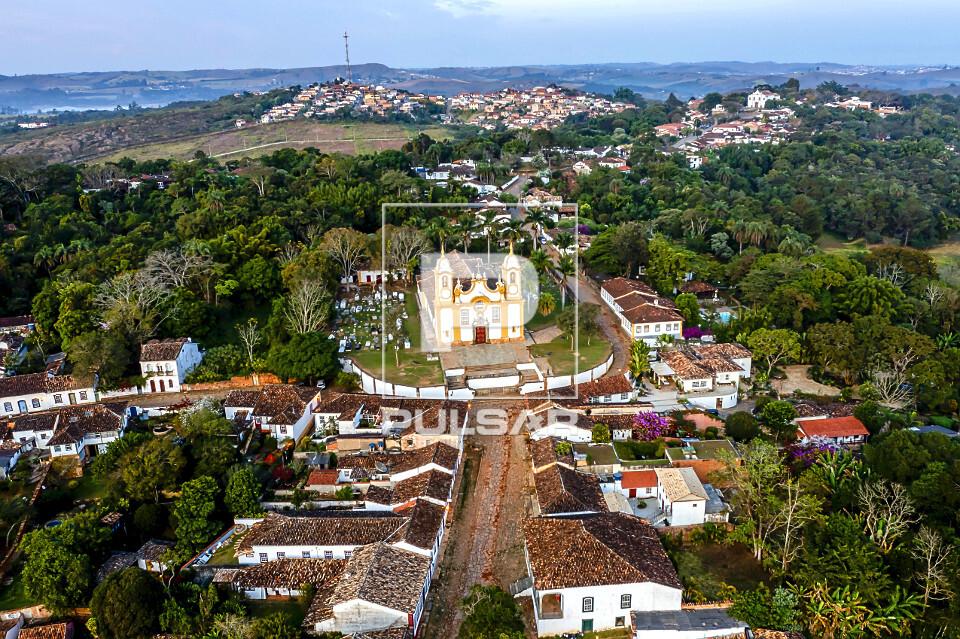 Vista de drone da Igreja Matriz de Santo Antônio - centro histórico - Circuito Turístico Trilha dos Inconfi