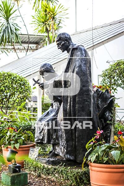 Escultura - O Evangelho na Selva - índia Bartira - filha de Tibiriçá e Apóstolo Anchieta - obra de Eduardo