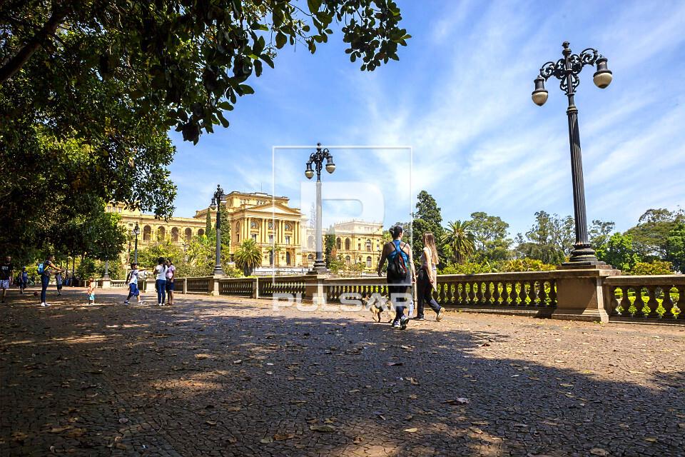 Pessoas no Parque da Independência ao fundo Museu Paulista da USP conhecido como Museu do Ipiranga - inaugura