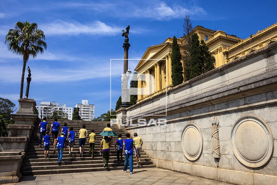 Pessoas no Museu Paulista da USP conhecido como Museu do Ipiranga no Parque da Independência - inaugurado em