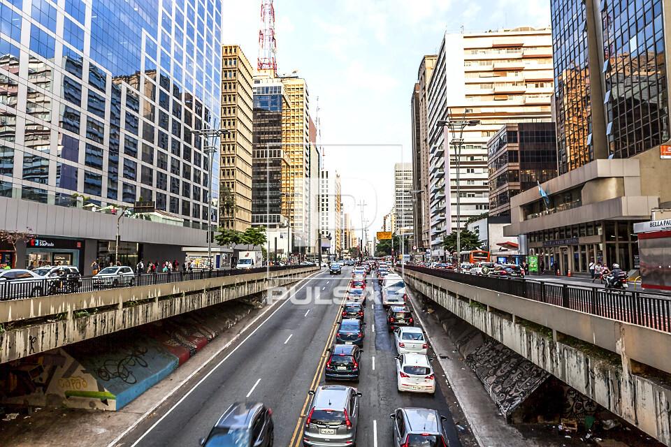 Edifícios comerciais e veículos na Avenida Paulista