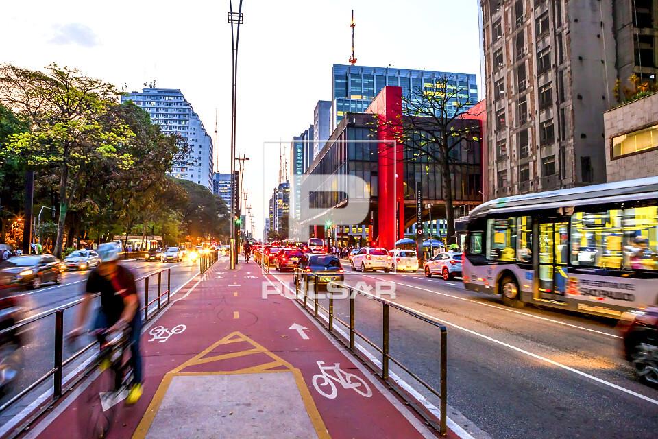 Ciclovia e MASP Museu de Arte de São Paulo Assis Chateaubriand na Avenida Paulista - projeto de Lina Bo Bardi