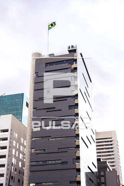 Edifício de SESC - Serviço Social do Comércio na Avenida Paulista com mirante e bandeira do Brasil no topo