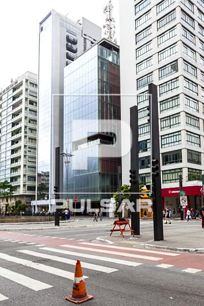 Faixa de pedestres e ciclovia e fachada do IMS Instituto Moreira Salles na Avenida Paulista - Bairro Bela Vist