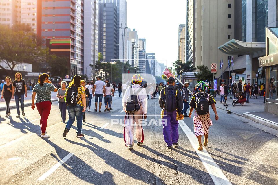 Movimentação de pessoas na Avenida Paulista fechada para tráfego de veículos no feriado
