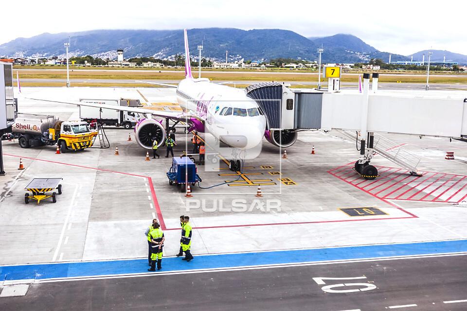 Aeronave sendo abastecida no Aeroporto Internacional Hercílio Luz
