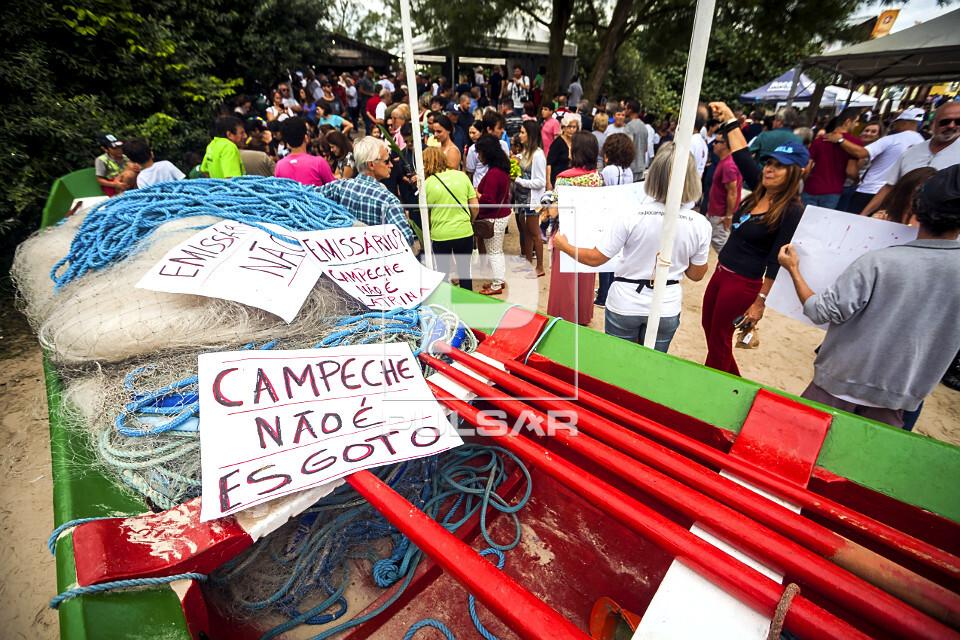 Pessoas protestando contra o projeto de instalação de emissário submarino de esgoto na Praia do Campeche