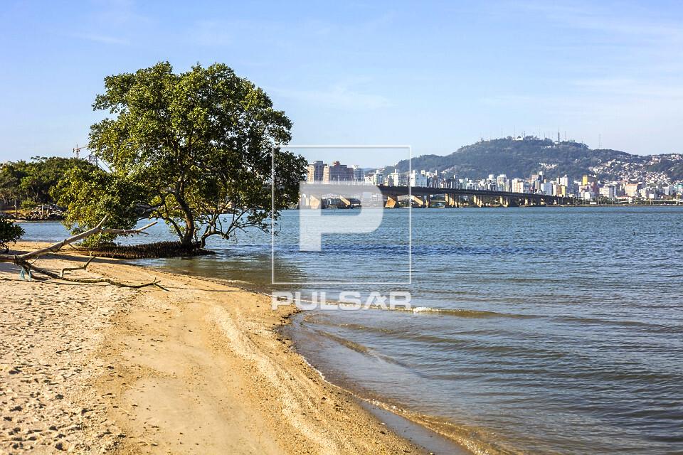 Vista da Ponte Colombo Salles e Ponte Pedro Ivo Campos - liga a Ilha de Santa Catarina ao continente - edifíc