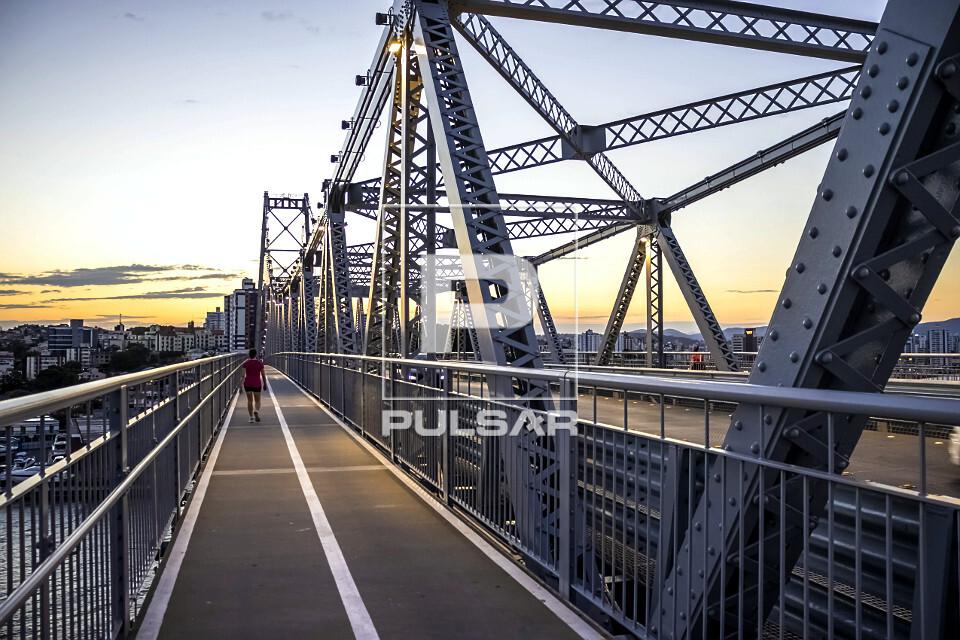 Ciclovia e passarela de pedestres na Ponte Hercílio Luz ao entardecer - liga a ilha de Santa Catarina ao cont