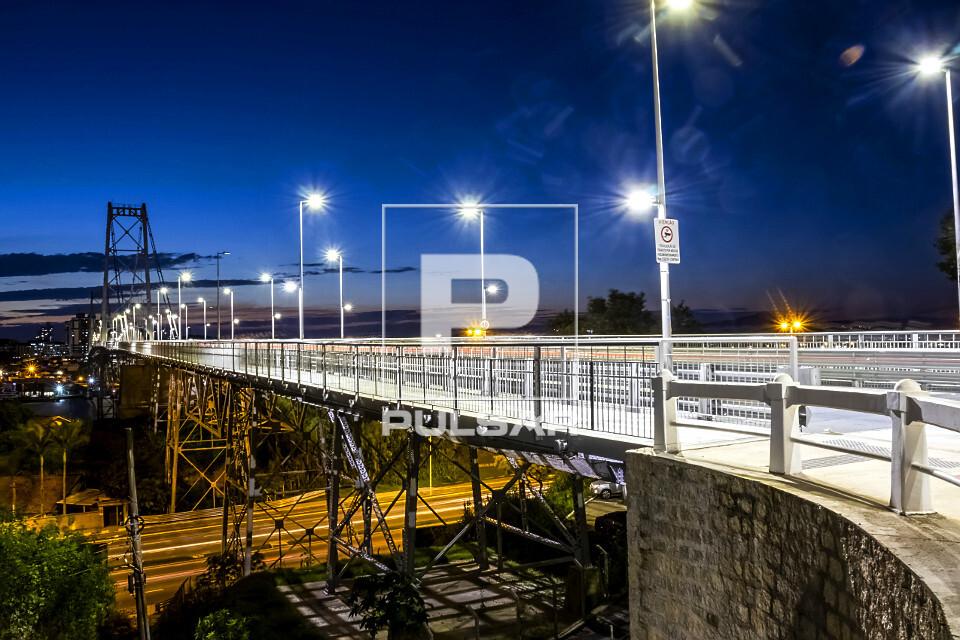 Ponte Hercílio Luz iluminada ao anoitecer - liga a ilha de Santa Catarina ao continente - inaugurada em 1926