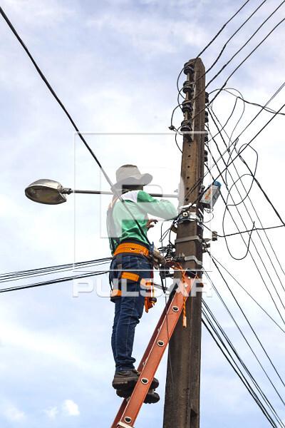 Trabalhador fazendo manutenção em rede de fibra ótica - internet