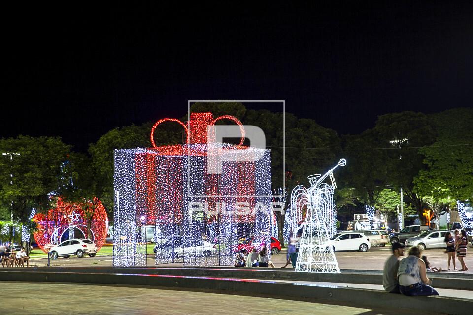 Luzes natalinas decorando a Praça da Catedral - faz parte do Maringá Encantada