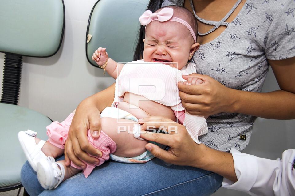 Bebê chorando após ser vacinada em posto de saúde pelo SUS - Sistema Único de Saúde