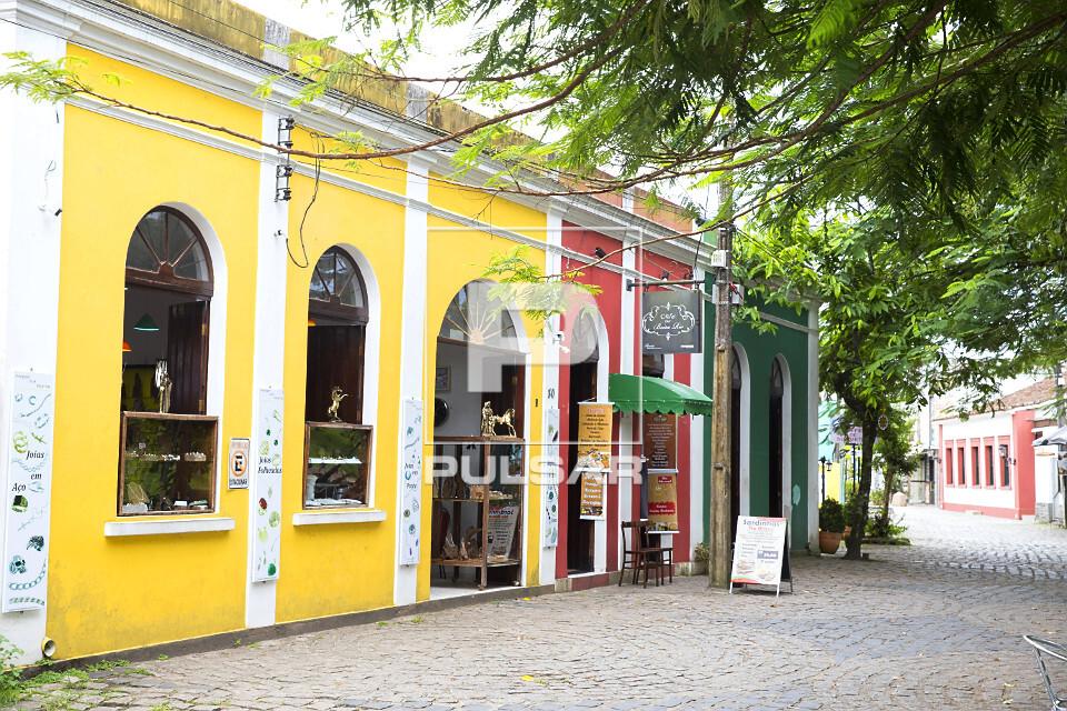 Comércio instalado em casario com fachada na calçada