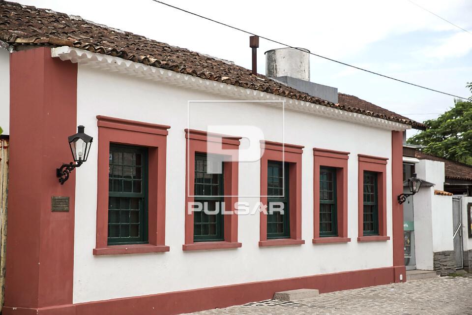 Moradia com fachada na calçada - construção do século