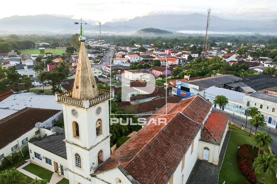 Vista de drone da Igreja Matriz Nossa Senhora do Porto no centro da cidade
