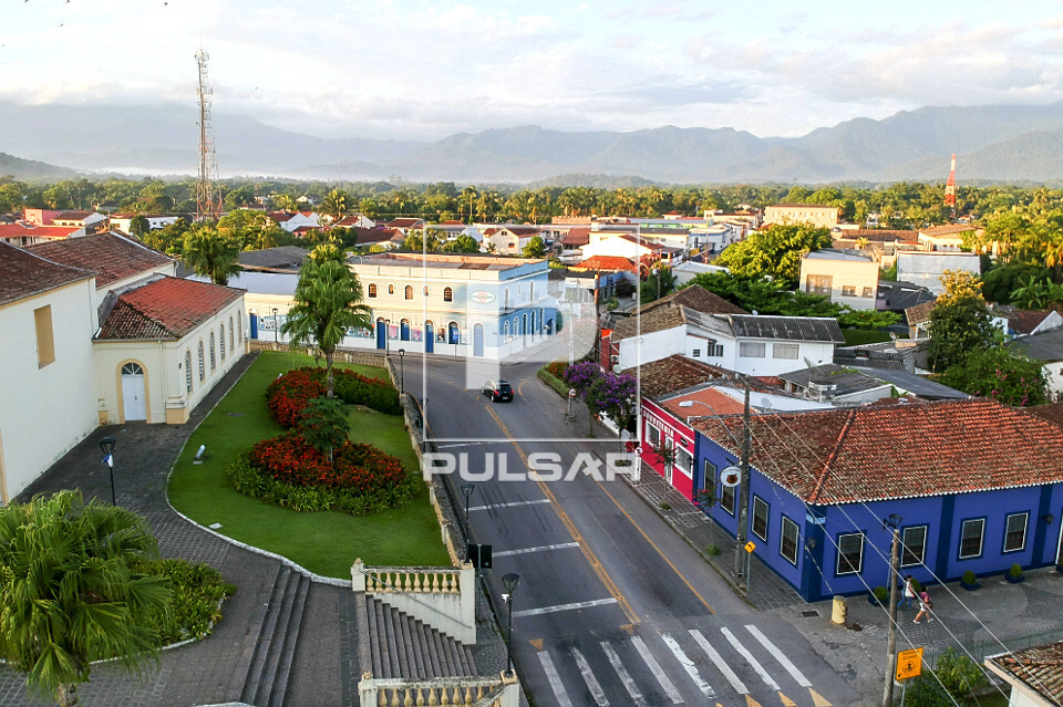 Vista de drone de prédios comerciais na Rodovia Deputado Miguel Bufara PR-408 - centro da cidade