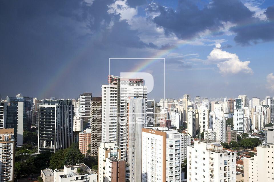 Vista de prédios comerciais e arco-íris - zona sul