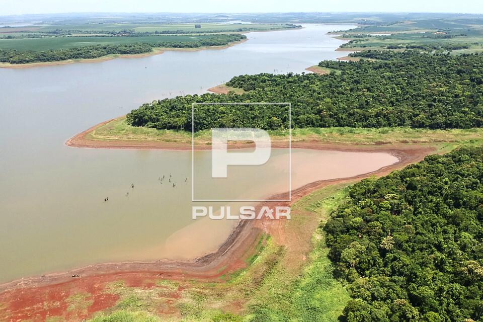 Vista de drone de mata nativa na margem do Rio Paranapanema em período de estiagem