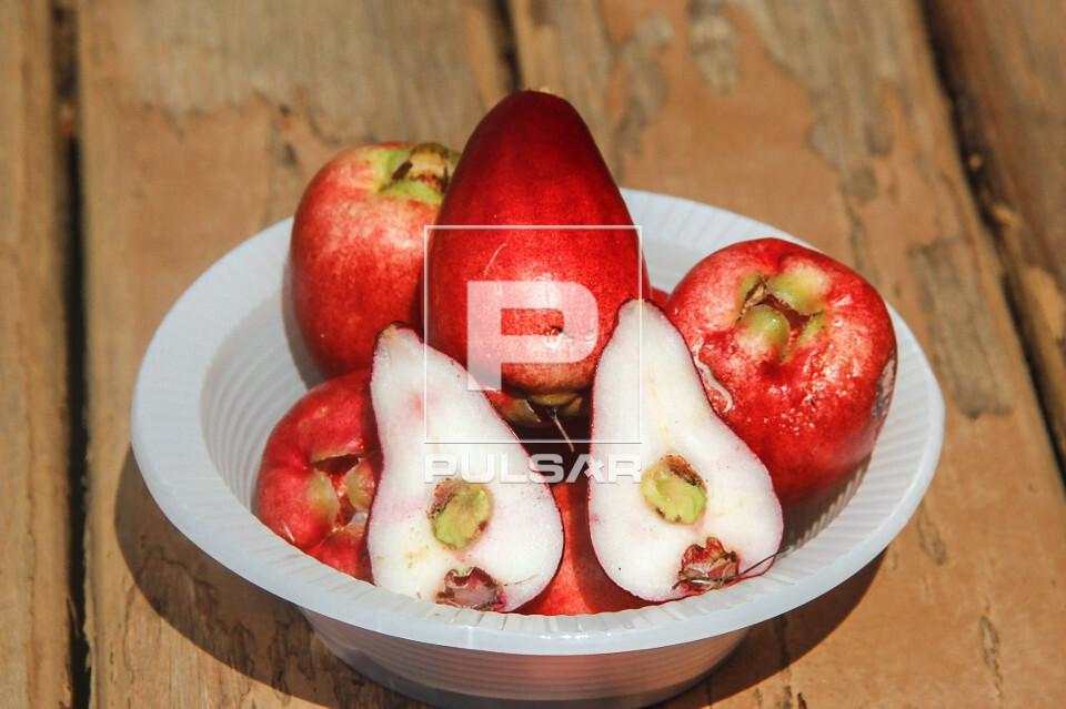 Detalhe do fruto de jambo cortados ao meio - também denominados jambo-da-índia , jambo-moreno , jambo-rosa o
