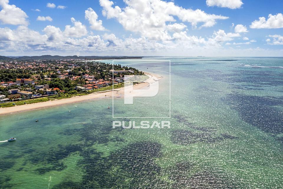 Vista aérea de drone de recifes na praia de Tamandaré.