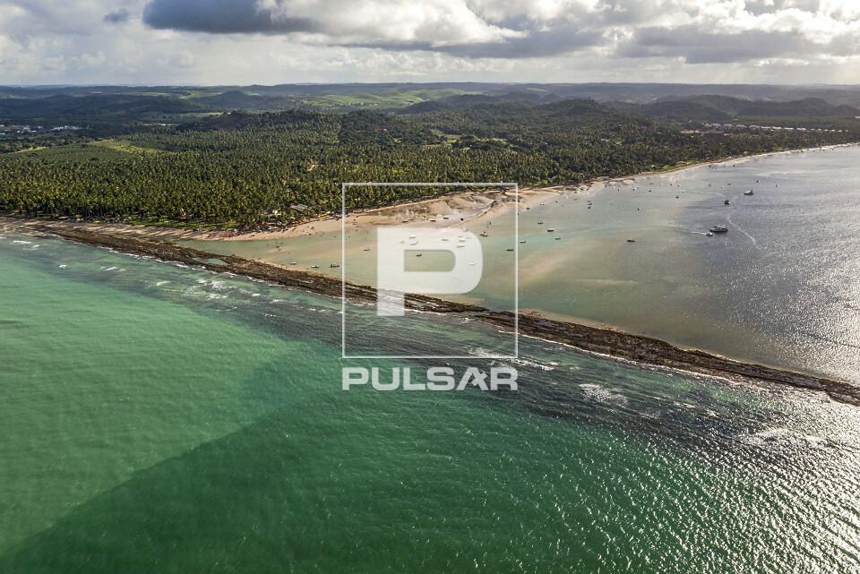 Vista de drone de arrecife na foz do Rio Formoso - Praia dos Carneiros