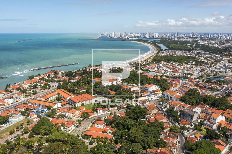 Vista aérea de drone do centro de Olinda com a cidade do Recife ao fundo