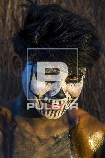 Detalhe do rosto de jovem indígena da aldeia Afukuri etnia Kuikuro preparado para luta marcial Huka-Huka dura
