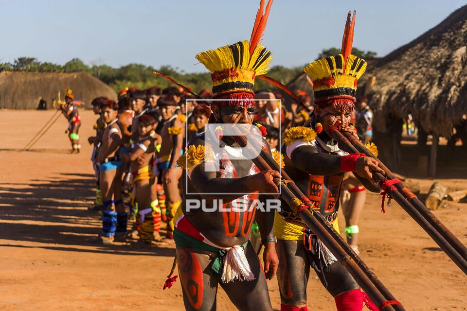 Indígenas da aldeia Afukuri etnia Kuikuro tocando flauta uruá durante cerimônia do Kuarup - Parque Indígen