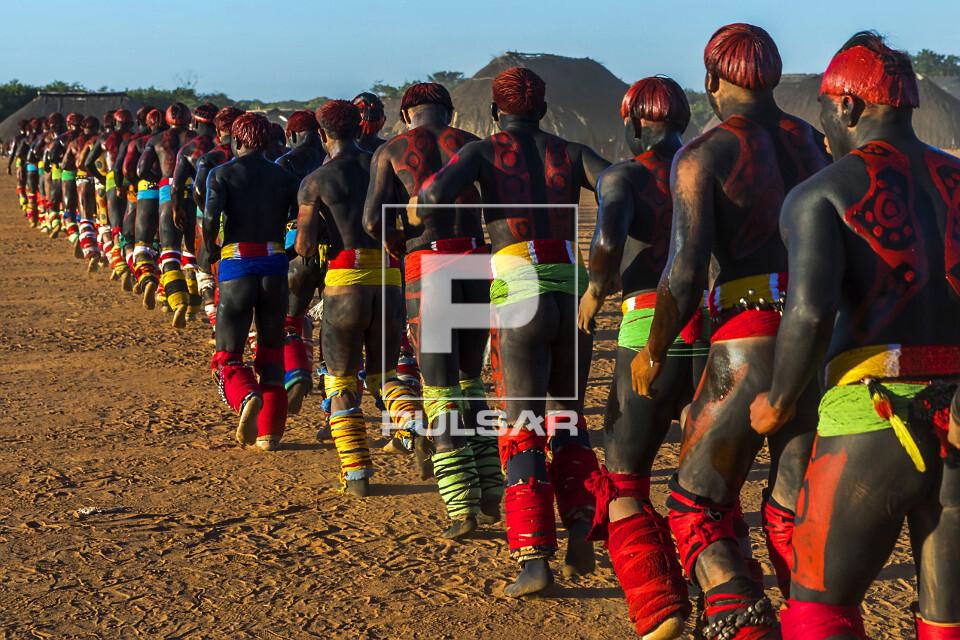 Guerreiros indígenas - aldeia Afukuri etnia Kuikuro - que disputam a luta marcial Huka-Huka desfilam durante