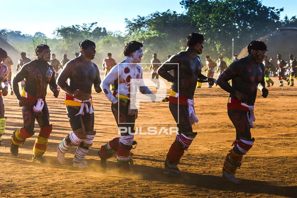 Aldeia Afukuri da etnia Kuikuro - desfile de guerreiros indígenas que disputam a luta marcial Huka-Huka duran