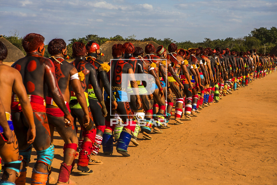 Aldeia Afukuri - etnia Kuikuro - desfile de guerreiros indígenas que disputam a luta marcial Huka-Huka durant