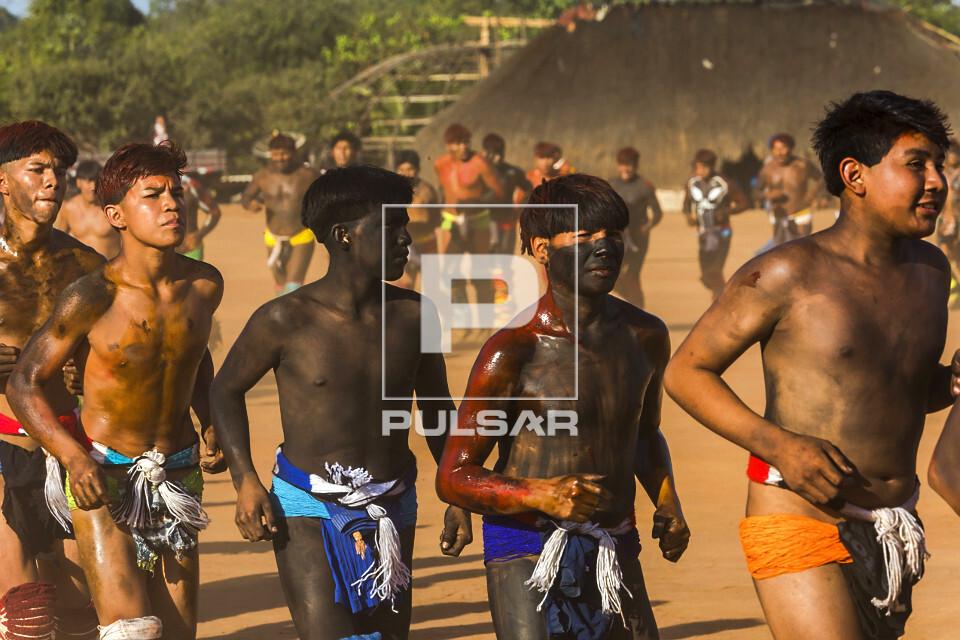 Aldeia Afukuri da etnia Kuikuro - Desfile de jovens guerreiros indígenas que disputam a luta marcial Huka-Huk