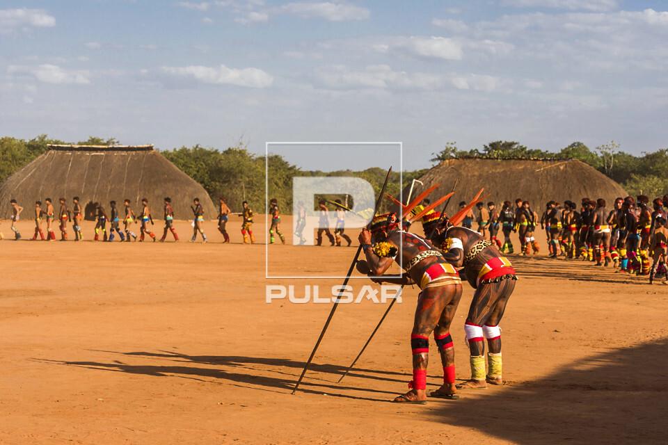 Aldeia Afukuri da etnia Kuikuro com desfile de jovens guerreiros indígenas que disputam a luta marcial Huka-H