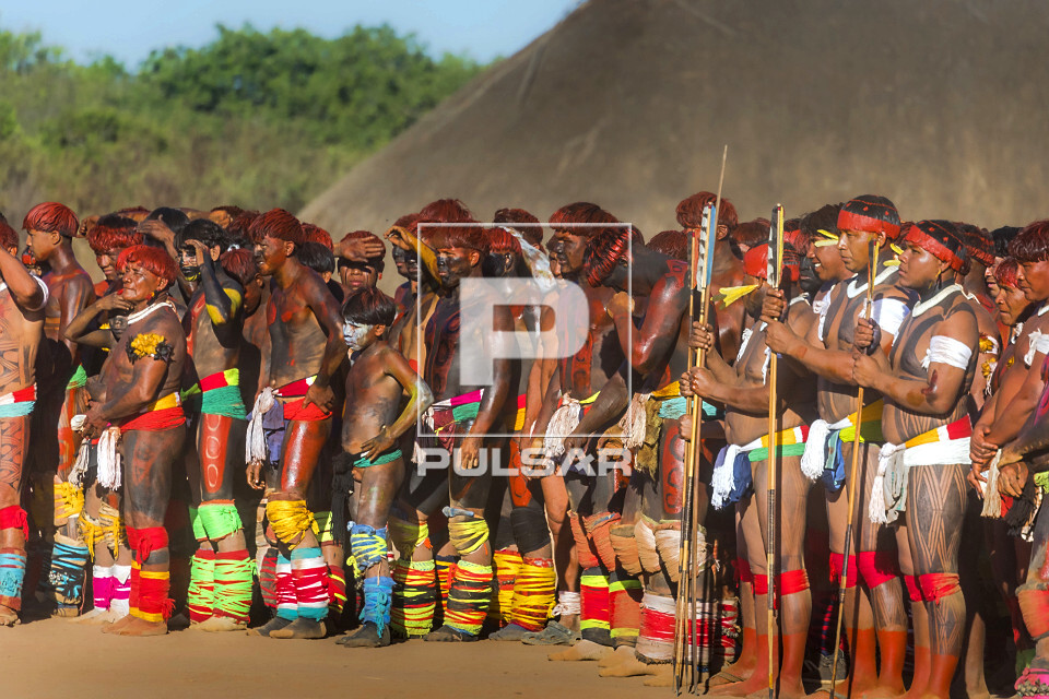 Aldeia Afukuri da etnia Kuikuro - Guerreiros indígenas disputam a luta marcial Huka-Huka durante cerimônia d