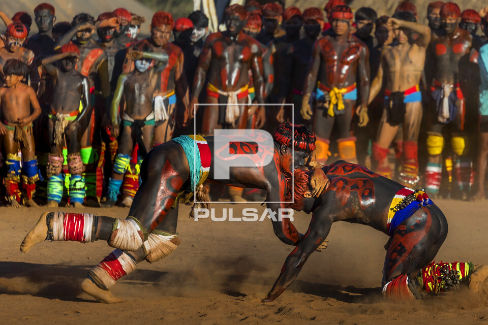 Aldeia Afukuri da etnia Kuikuro - guerreiros indígenas disputam na luta marcial Huka-Huka durante cerimônia