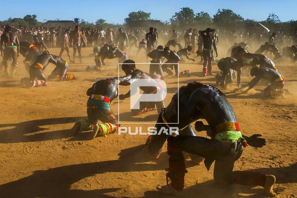 Guerreiros indígenas da Aldeia Afukuri - etnia Kuikuro em duplas lutando o Huka-Huka durante cerimônia do Ku