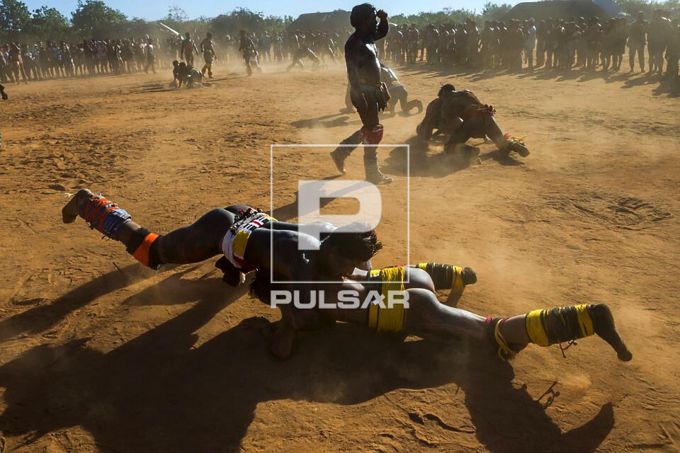 Guerreiros indígenas da Aldeia Afukuri - etnia Kuikuro lutando o Huka-Huka durante cerimônia do Kuarup - Par
