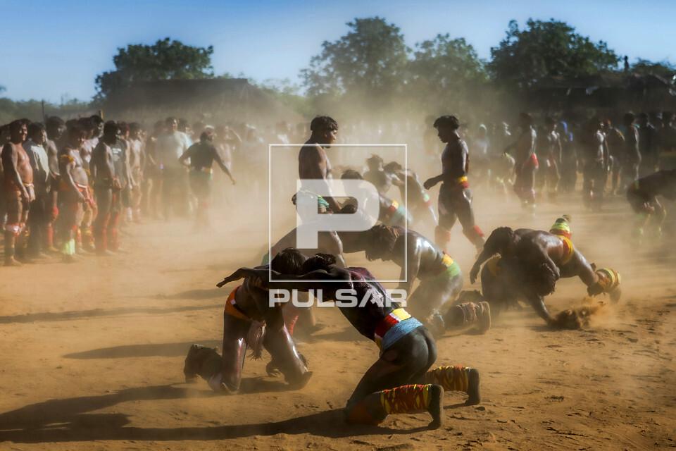Guerreiros indígenas da Aldeia Afukuri da etnia Kuikuro disputam o Huka-Huka durante cerimônia do Kuarup no
