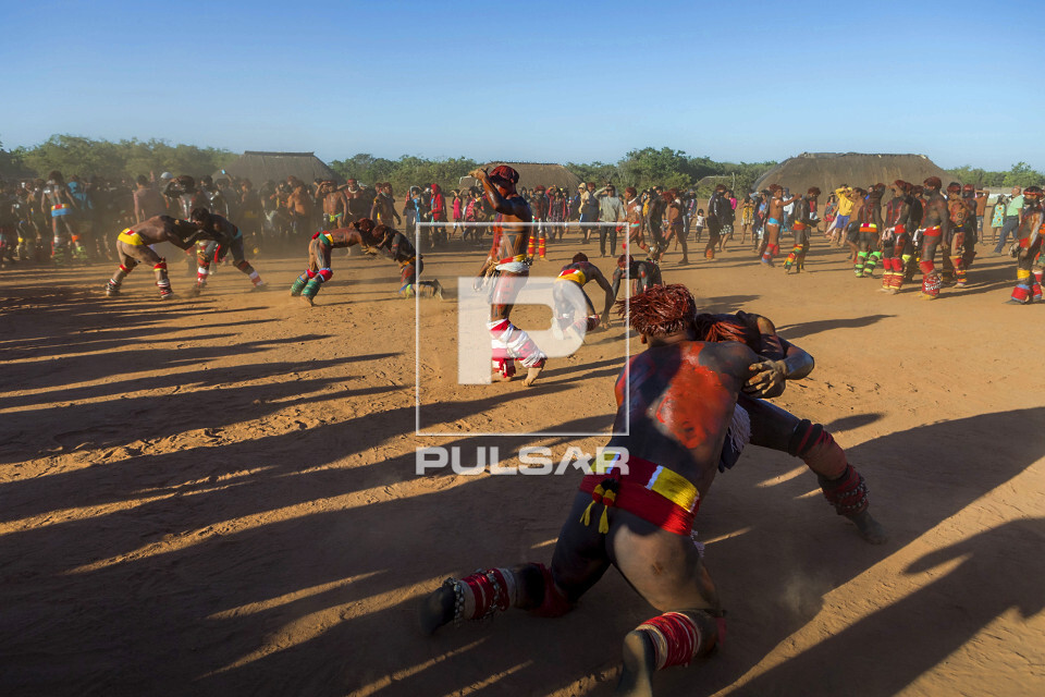 Guerreiros indígenas da Aldeia Afukuri etnia Kuikuro disputam a Huka-Huka durante cerimônia do Kuarup - Parq