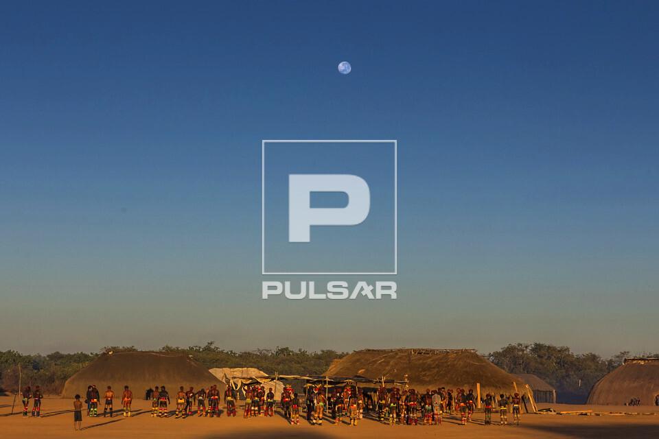 Lua cheia na Aldeia Afukuri da etnia Kuikuro durante cerimônia do Kuarup - Parque Indígena do Xingu