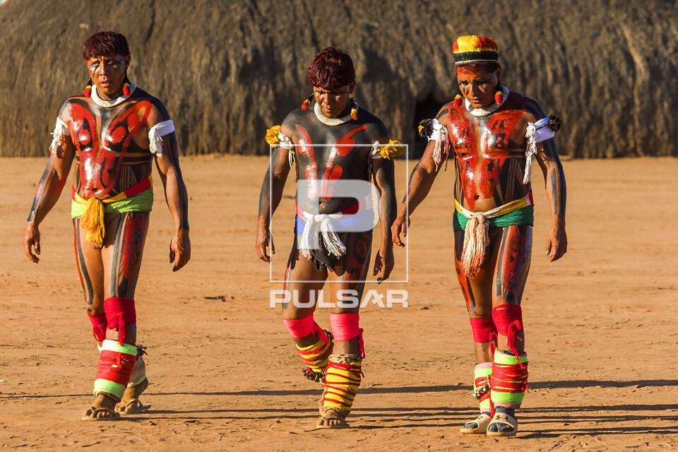 Indígenas da Aldeia Afukuri e etnia Kuikuro com pintura corporal e adornos durante cerimônia do Kuarup - Par